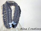 Cristallo Coprispalle ai ferri in lana grigia con lamè argento e spilla-fiore in tessuto, moda donna inverno, fatto a mano