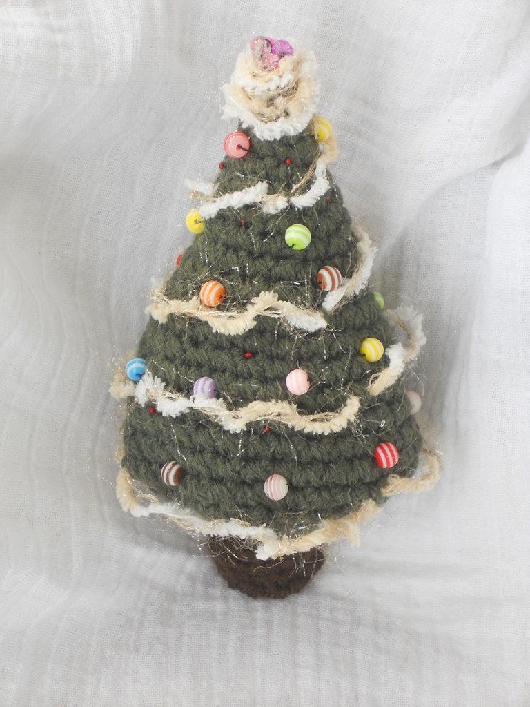Alberello albero di natale realizzato in lana acrilica con perline e palline di vetro, lurex