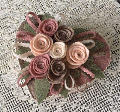 scatola di cartone a forma di cuore rivestita e decorata con fiori di feltro