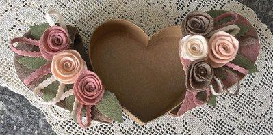 scatola di cartone a forma di cuore rivestita e decorata con fiori ...