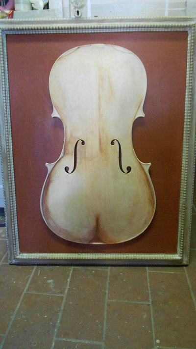 scultura creata con tavola di violoncello dipinta