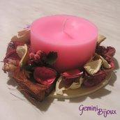 Candela rosa con decorazione pot pourri, bacche e fiori