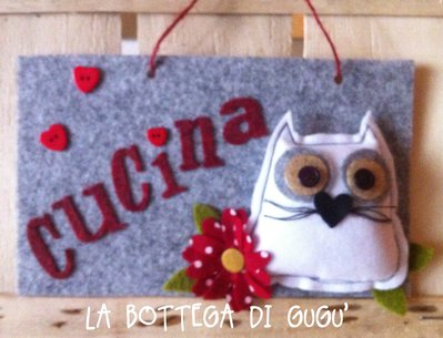 """Targa fuoriporta di feltro con scritta """"Cucina"""" (grigio/rosso)"""