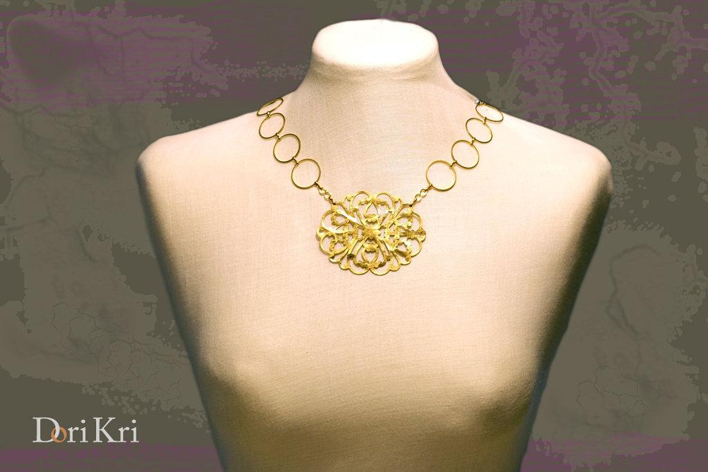 RISERVATO PER ARTINCARTO collana dorata corta con pendente in ottone martellato