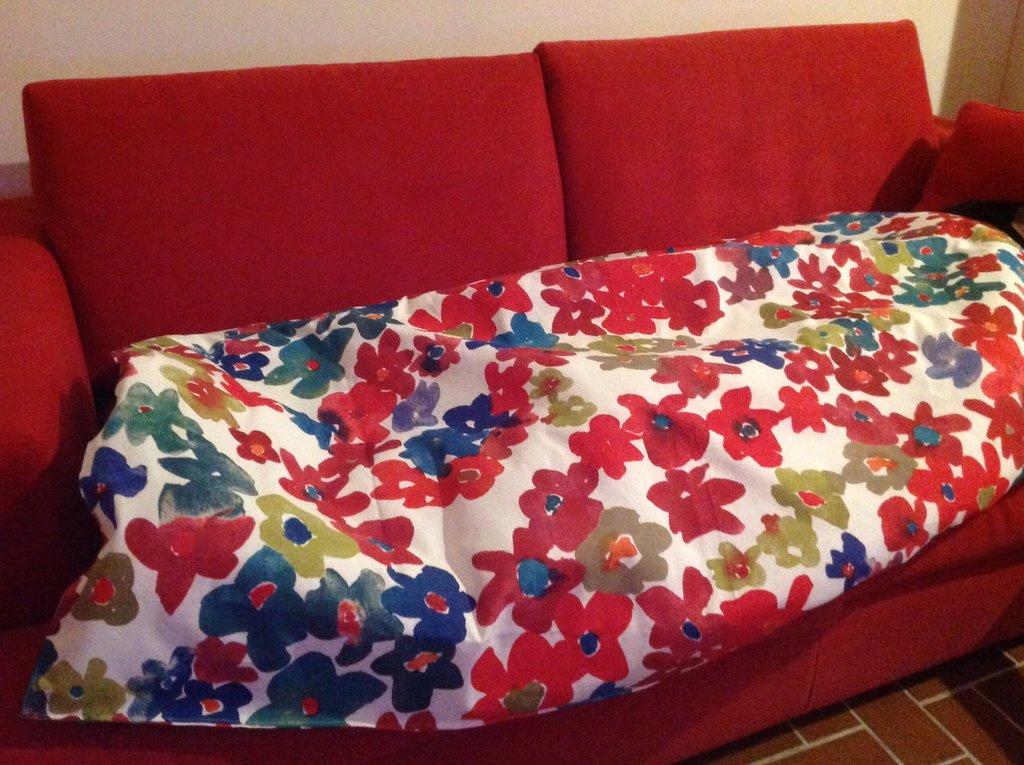 Trapuntino da salotto rosso con fiorellini
