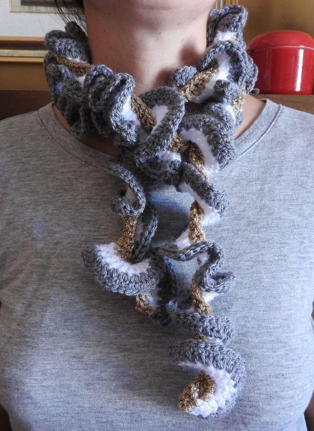 Sciarpa in lana grigia,bianca e dorata