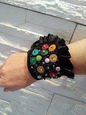 Braccialetto nero con bottoni colorati