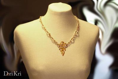 Collana corta dorata con un pendente in ottone martellato fatto a mano, collana a catena dorata, collana a maglie