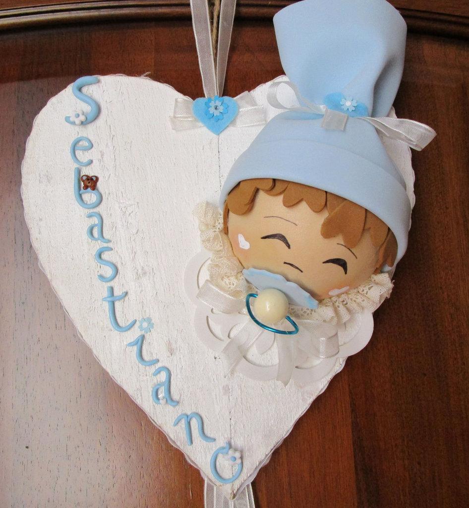 Fiocco nascita composto da cuore in legno stile shabby con testina realizzata in fommy e nome