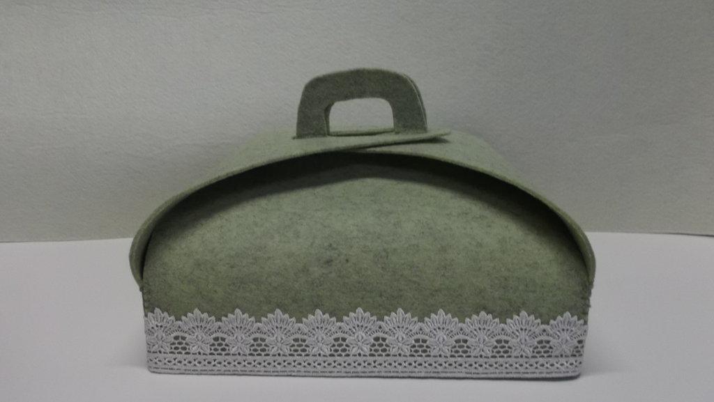 Porta torta in feltro verde salvia con pizzo