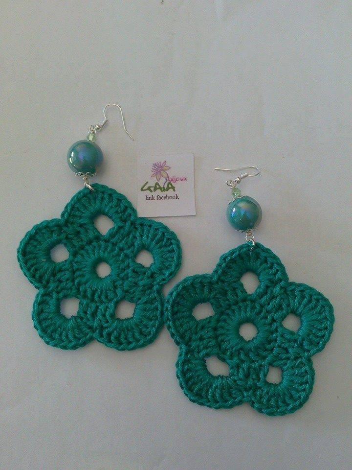 Orecchini fiore ad uncinetto in cotone verde smeraldo, pallina in ceramica smaltata