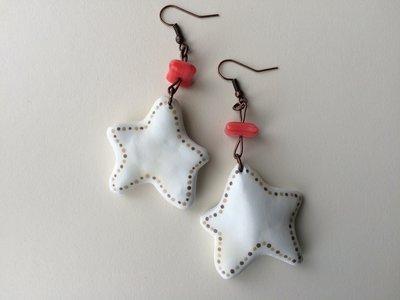 Orecchini stella bianca con chips in vetro