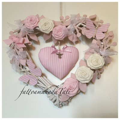 Cuore/fiocco nascita in vimini con roselline ,farfalle e cuore a righe rosa
