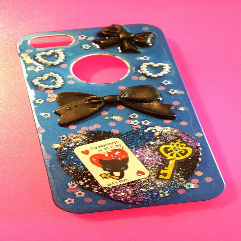 Cover blu e nera, in resina (per Iphone 4/4s) decorata con glitter e stickers
