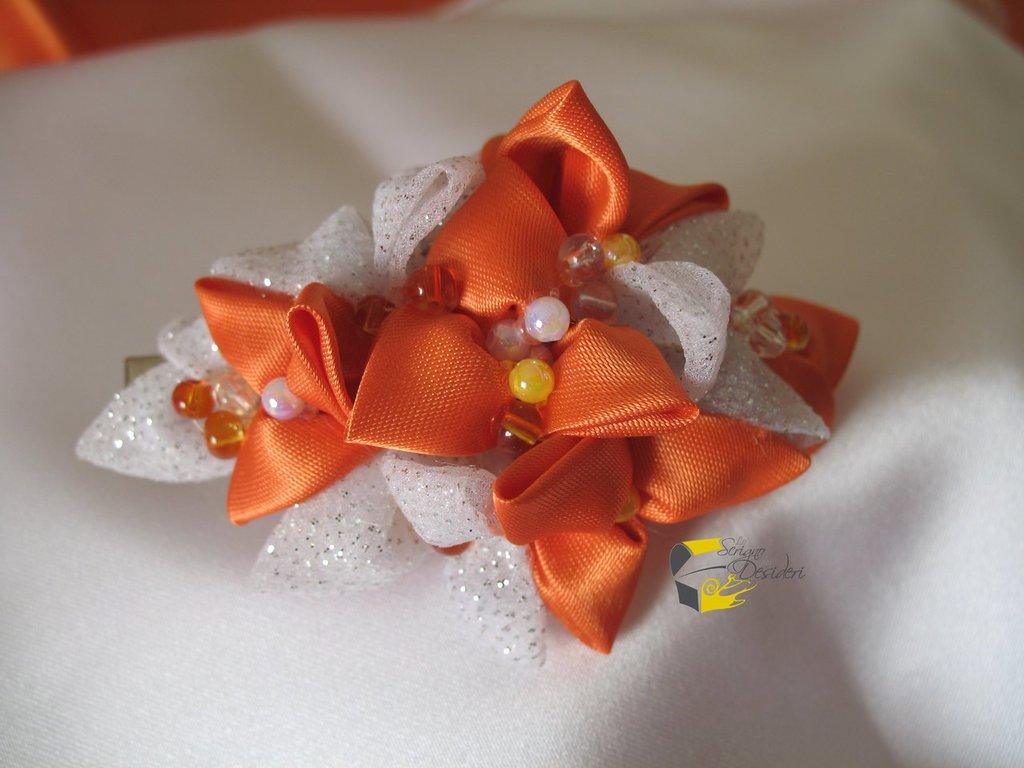 Fermaglio con decoro Kanzashi in raso arancione e organza effetto glitter