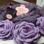 Scalda collo in seta con fiori realizzati a mano