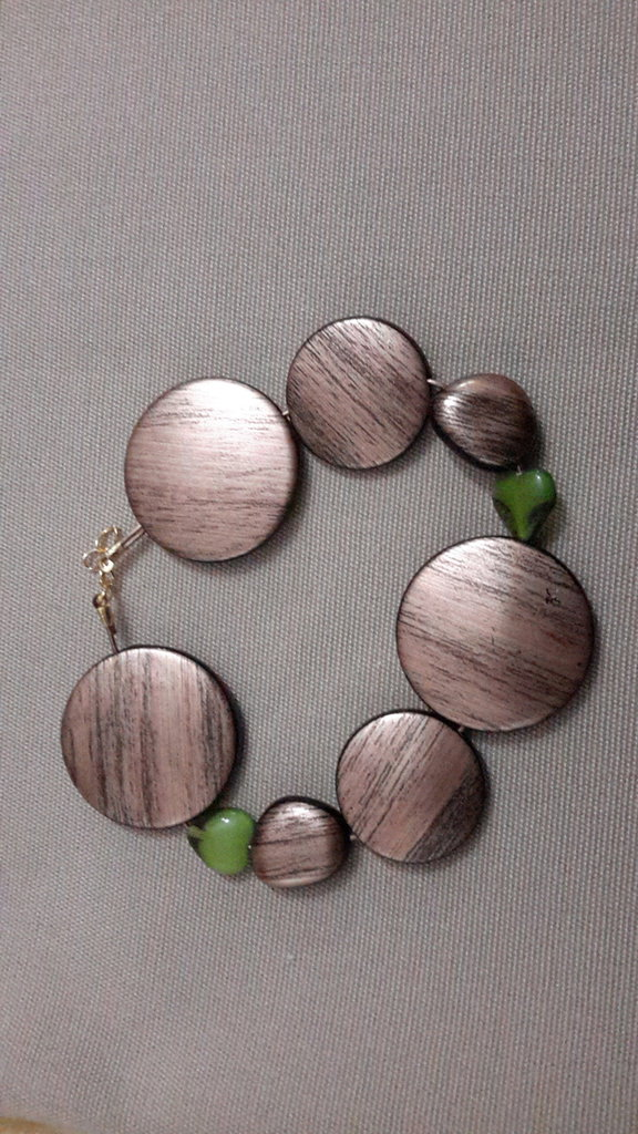Bracciale a perle tonde piatte in resina e cuore vetro verde