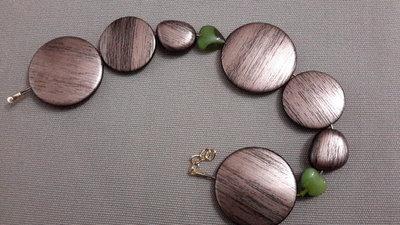 Parure in perle tonde resina bronzo striato e vetro verde