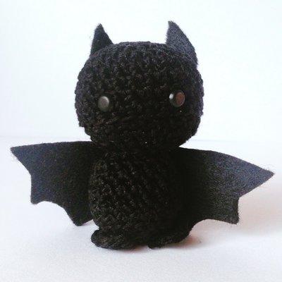 Piccolo pipistrello nero amigurumi di Halloween, con ali in feltro, fatto a mano all'uncinetto