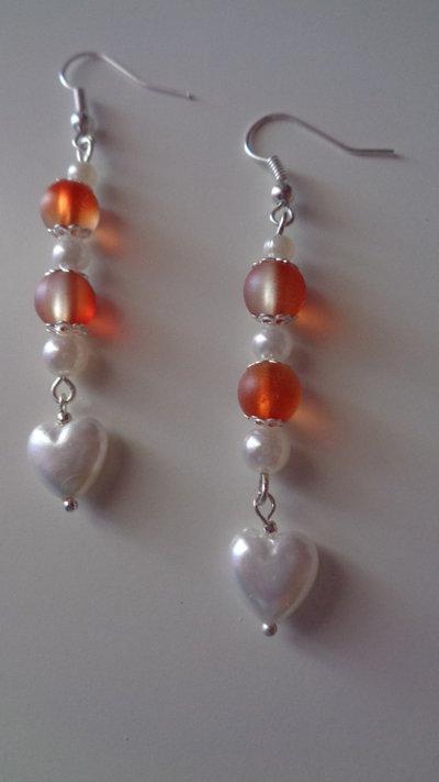 Orecchini con perline arancioni e ciondolo cuoricino