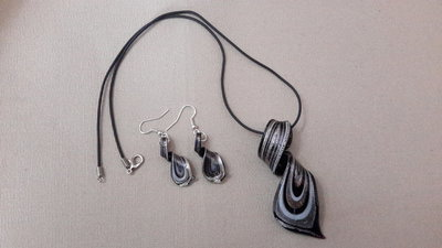 Parure collana orecchini cauciù e vetro a spirale nero argento dorato