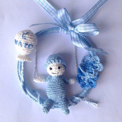 Fiocco nascita azzurro all'uncinetto con bimbo sull'altalena, palloncino e fiori, fatto a mano