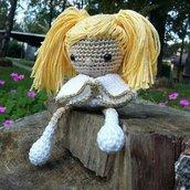 Bambola angelo amigurumi lavorato con cotone bianco e oro
