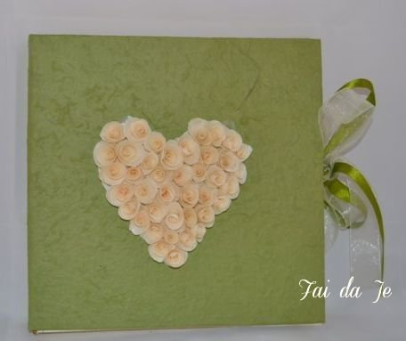 """Album foto artigianale verde con un """"cuore di fiori"""""""