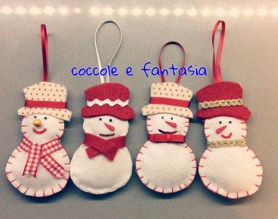 Decorazioni natalizie: pupazzi di neve in pannolenci