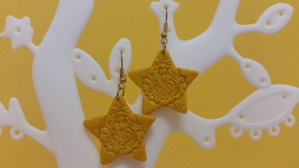 Orecchini fimo stella oro decorata