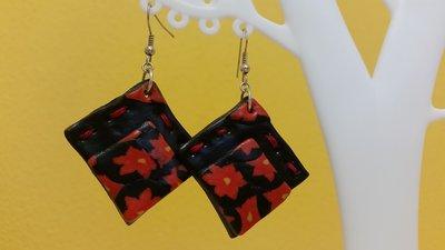 Orecchini fimo rombo nero fiori rossi