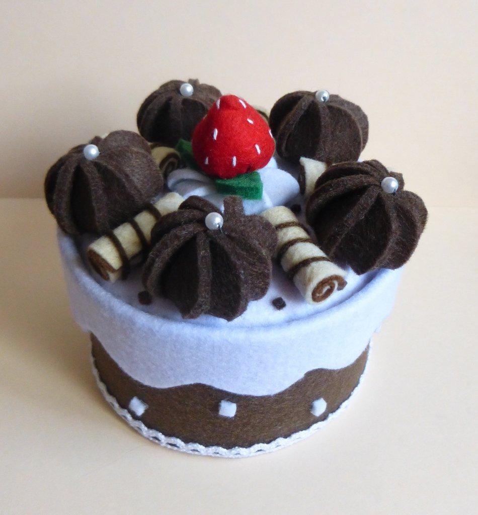 Scatola portaoggetti in feltro a forma di torta.