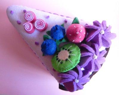 Scatola portaoggetti in feltro a forma di fetta di torta.