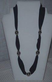 Collana elegante in fettuccia e perle