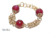 Bracciale dorato di maglia bizantina con tre perle di vetro rosa scuro
