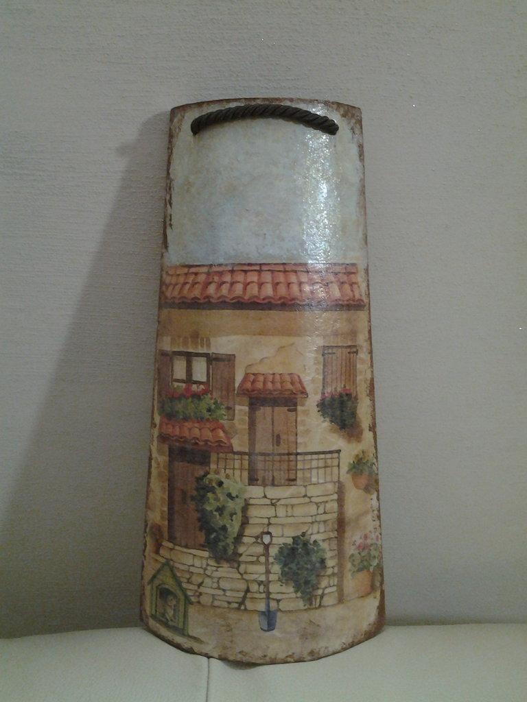 *Tegola in legno, facciata di una casa*