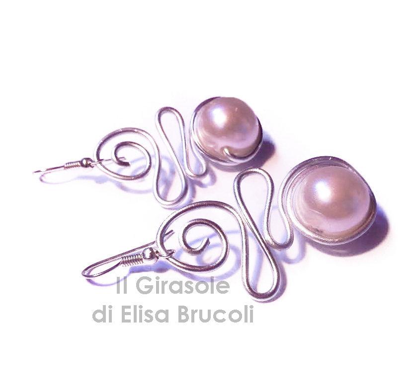 Orecchini a spirale in filo wire alluminio e perla bianca