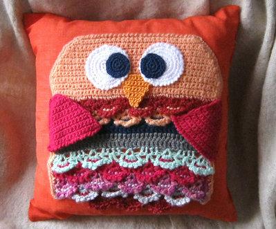 Cuscino con federa arancio carico quadrata, decorata con gufo interamente realizzato all'uncinetto