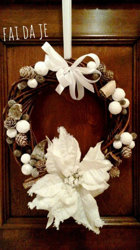 Ghirlanda natalizia con stella di natale bianca