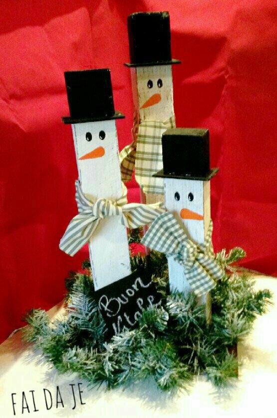 Pupazzi di neve con pezzi di legna, decoro per giardino natalizio rustico