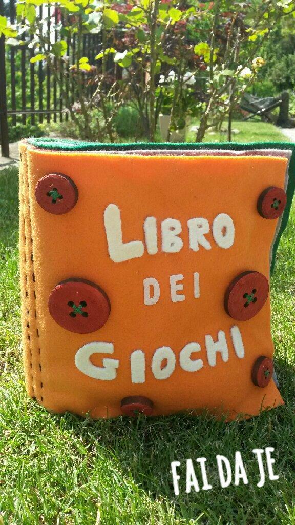 Libro interattivo con giochi in feltro per bambini.