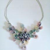Collana girocollo lavorata a mano un trionfo di fiori arcobaleno realizzati con la carta