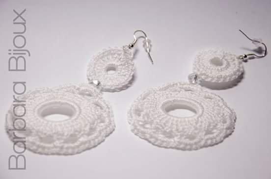 Orecchini fatti all'uncinetto in cotone.