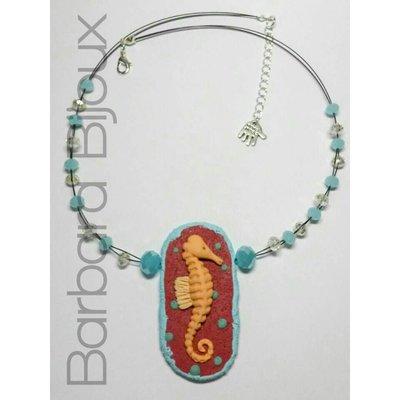 Collana con cavalluccio marino realizzato a mano in pasta polimerica (fimo) e perle di vetro.
