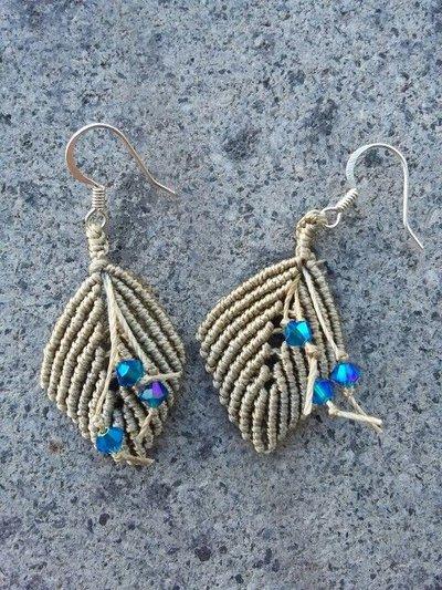 Orecchini in macramé color corda con cristalli blu