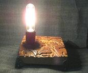 Lampada da tavolo unica realizzata con legno lavorato dal tarlo e sfruttato come base, non riproducibile, lavoro offerto soprattutto dalla natura