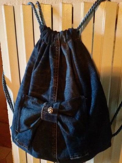 Zainetto di jeans con fiocco all'insegna del riciclo