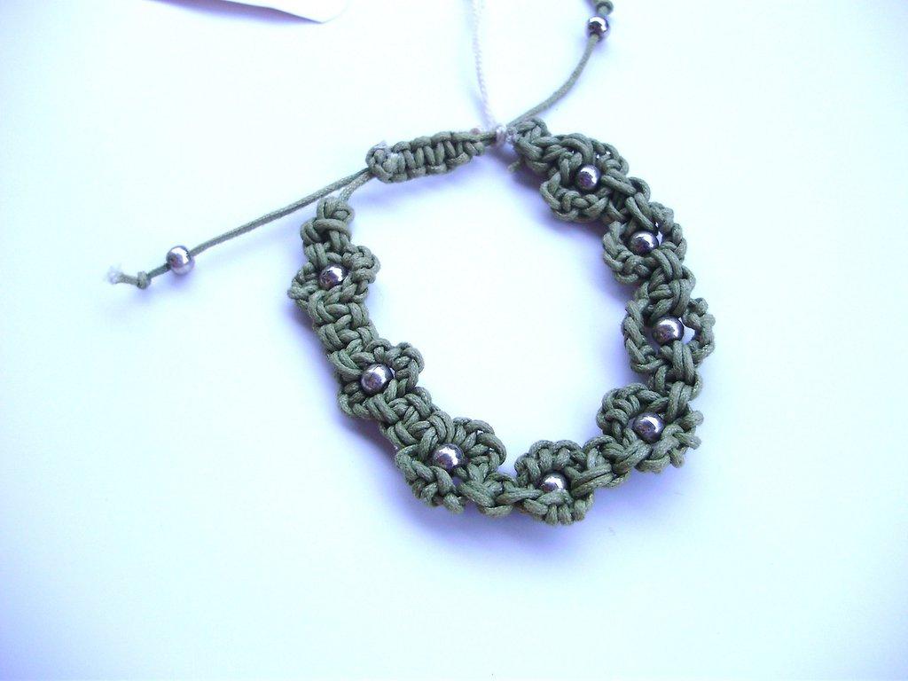 Bracciale macramè quadrifogli portafortuna, in cotone cerato e perline metallo argentato, chiusura regolabile