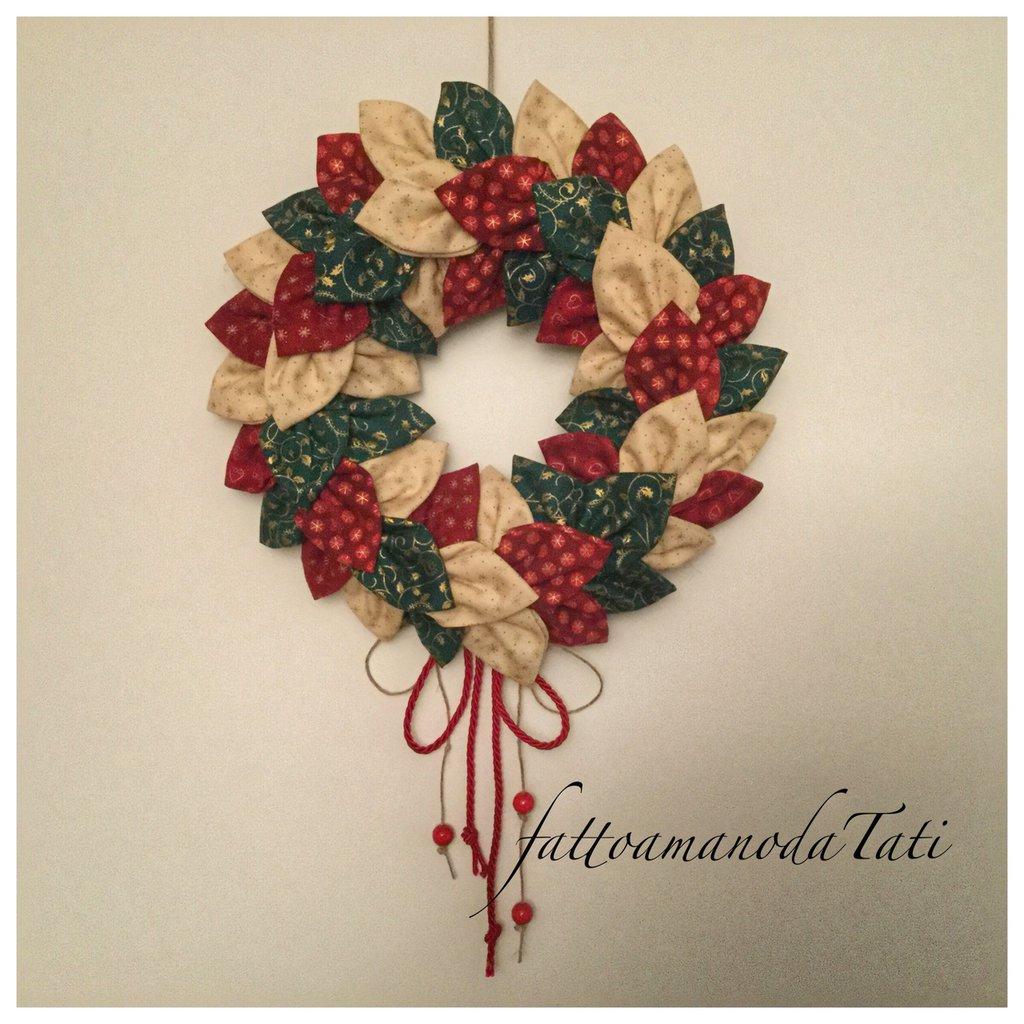 Corona natalizia con petali di cotone fantasia sul rosso,verde e avorio con cordino rosso A