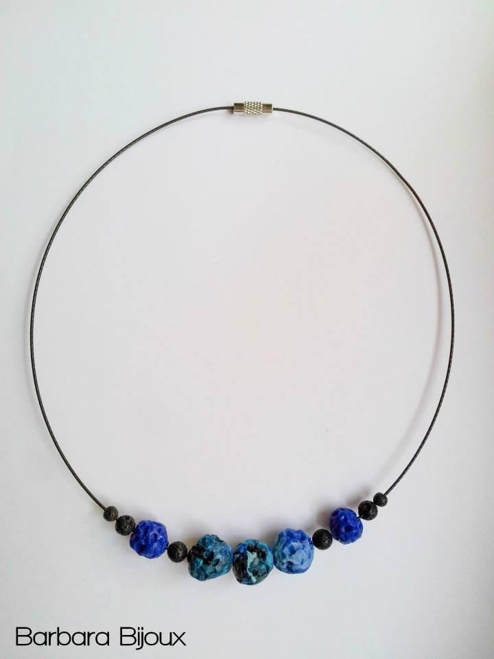 Collana di pietre laviche blu e nero in pasta polimerica (fimo).